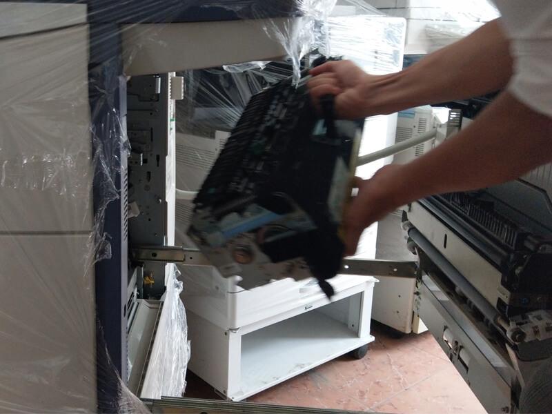 Tiến hành vệ sinh máy photocopy