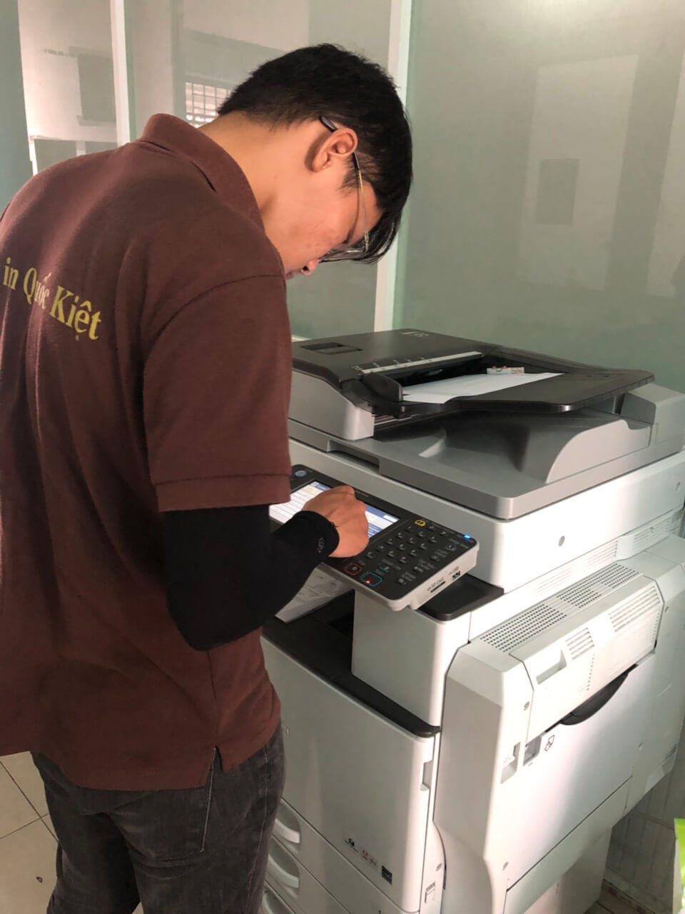 Nhân viên Photocopy Quốc Kiệt hỗ trợ kỹ thuật cho khách hàng